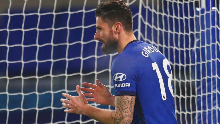 Giroud se lamenta tras una falla ante el Aston Villa