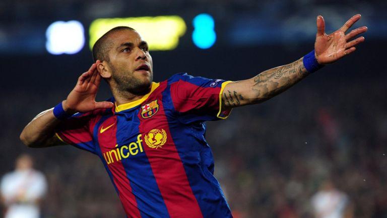 Dani Alves celebra un gol con el Barcelona