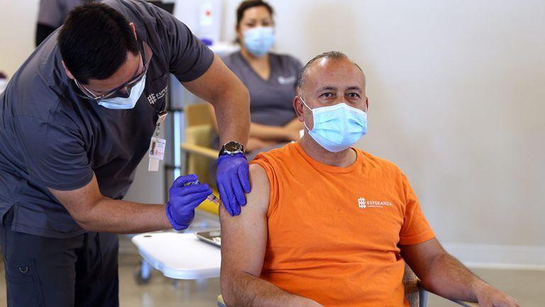 Hombre es vacunado en Illinois