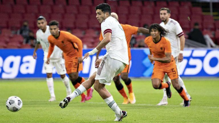 Raúl Jiménez definiendo ante Holanda en amistoso