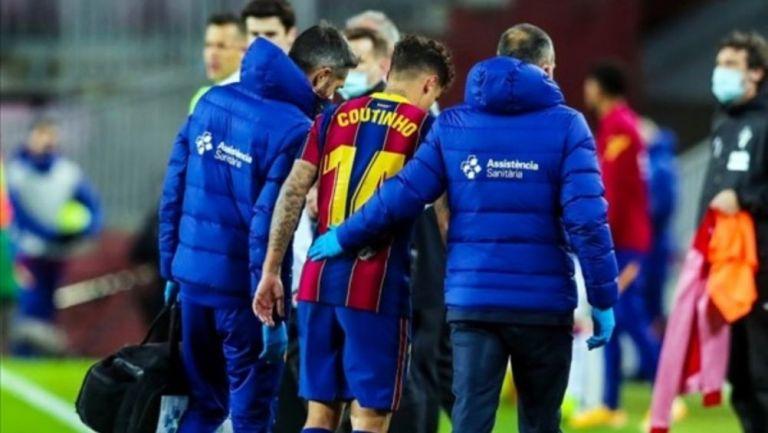 Philippe Coutinho saliendo del juego por lesión