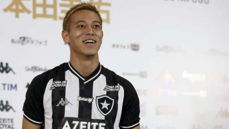 Keisuke Honda con la playera del Botafogo