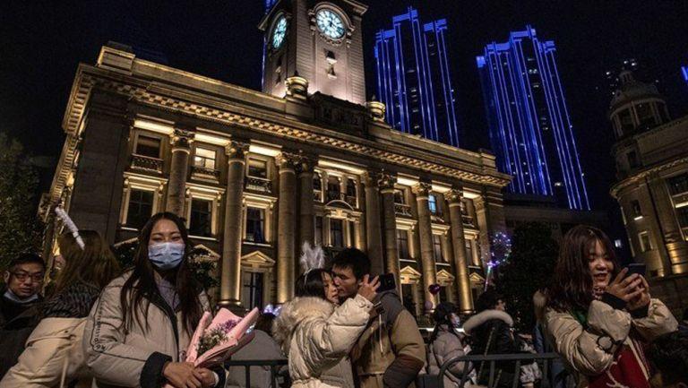 Habitantes de Wuhan, lugar de origen del Covid-19, celebran el 2021