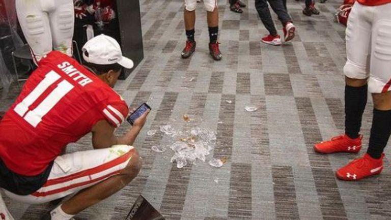 Trofeo del Duke's Mayo Bowl destrozado en el suelo