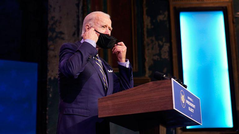 Biden porta cubrebocas en un evento
