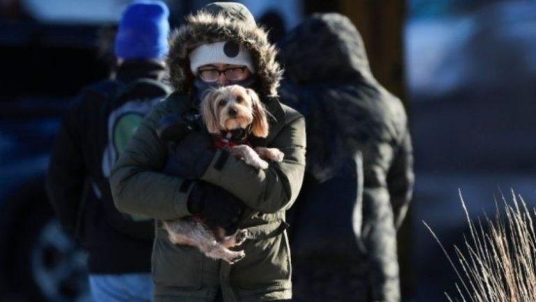 Habitante de México cubierto del frío con su mascota