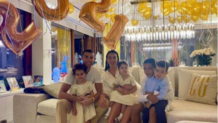 Cristiano Ronaldo y su familia celebrando el 2021