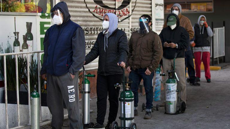 Personas hacen fila con tanques de oxígeno en CDMX