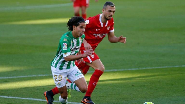Diego Lainez perseguido por un rival del Sevilla