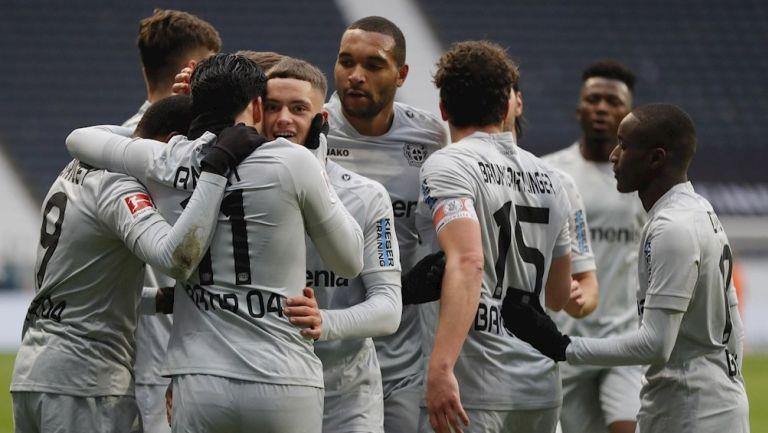 Jugadores del Bayer Leverkusen celebran gol de Amiri