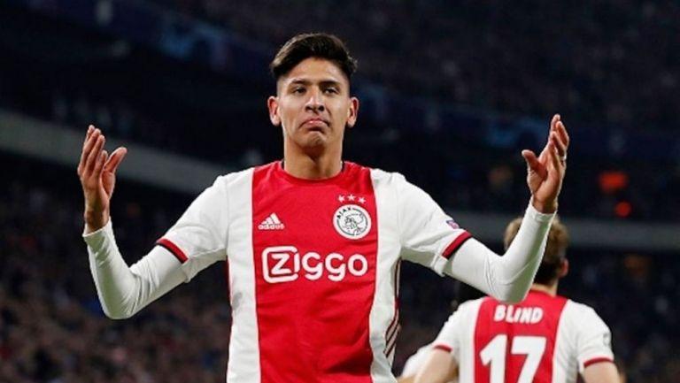 Edson Álvarez en un partido con el Ajax