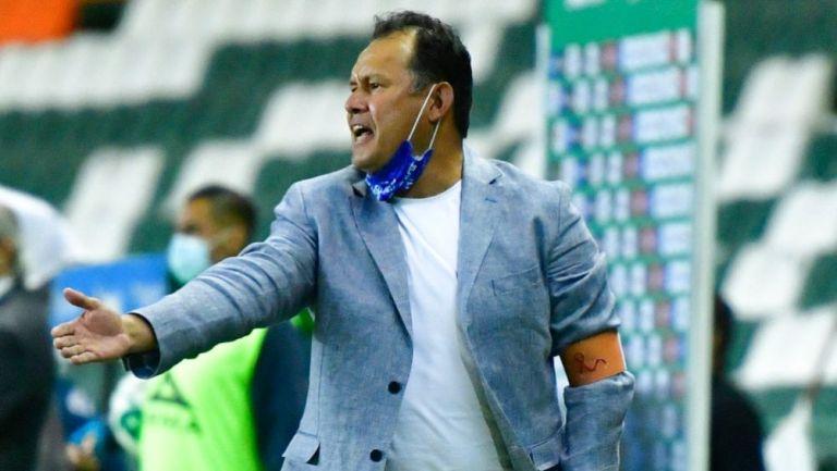 Juan Reynoso dirigiendo un partido de Cruz Azul