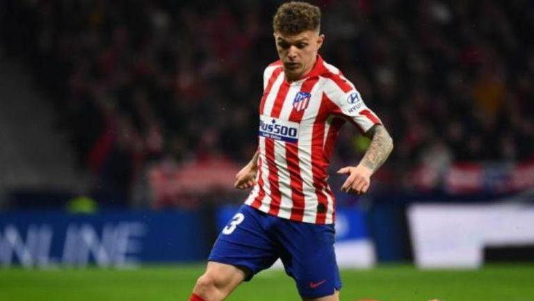 Trippier conduce el balón en un partido del Atlético de Madrid
