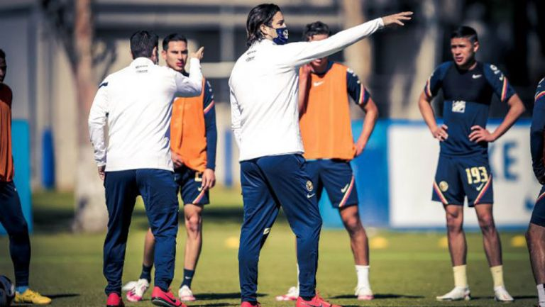 Santiago Solari dando indicaciones a los futbolistas del América