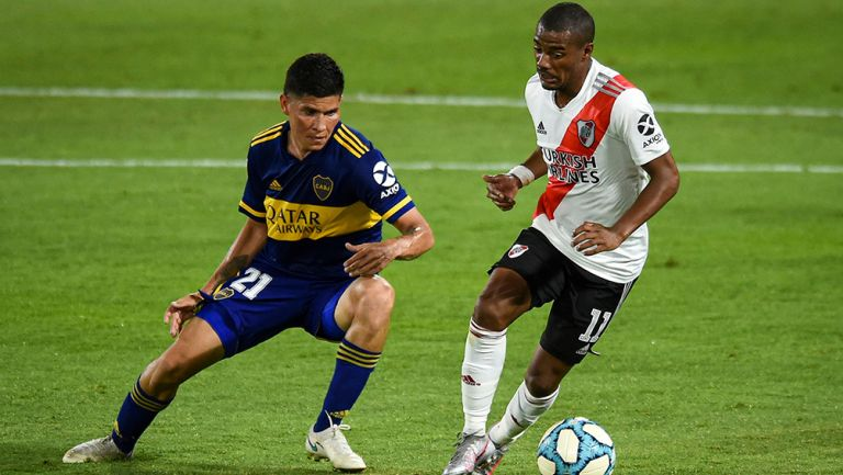 Pelea por el balón en el último Clásico de Argentina