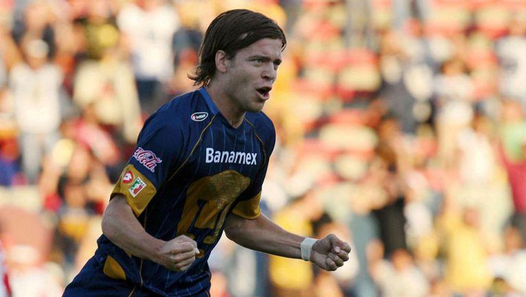 Esteban Solari festeja un gol con Pumas