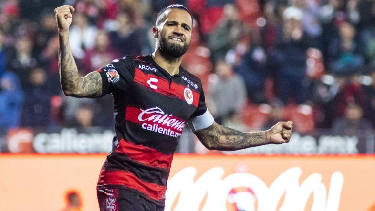 Julián Velázquez en festejo de gol