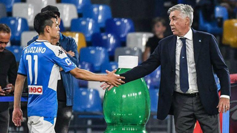 Carlo Ancelotti y Chucky Lozano durante un juego