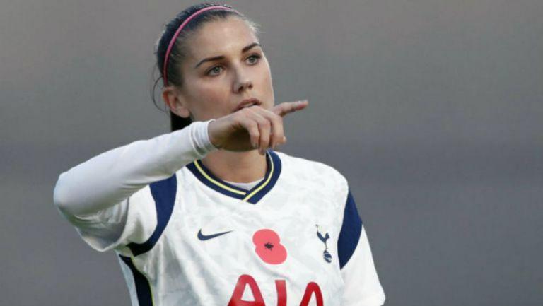 Alex Morgan en partido con Tottenham