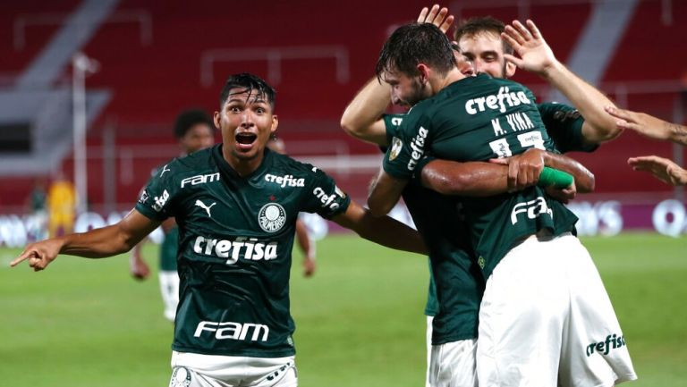 Jugadores de Palmeiras celebran gol vs River Plate
