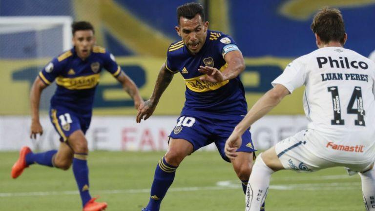 Carlos Tevez en acción con Boca Juniors ante Santos