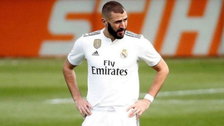 Karim Benzema durante un duelo con el Real Madrid