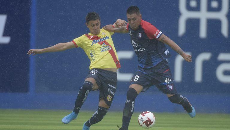 Leo Guzmán disputa el balón en un juego vs Morelia