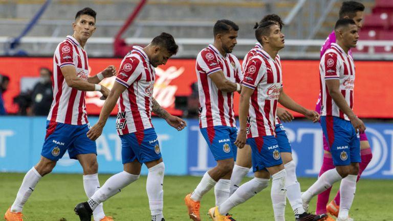 Jugadores de Chivas tras un duelo en Liga MX