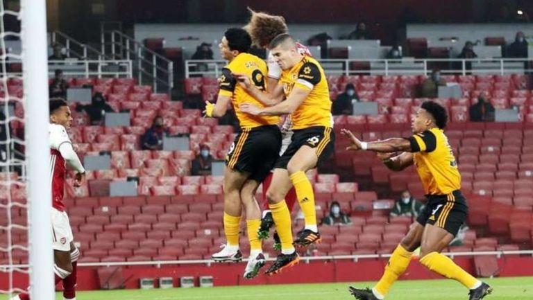 Fuerte choque de cabezas entre Jiménez y David Luiz