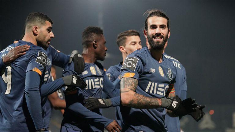 Jugadores de Porto festejan un gol