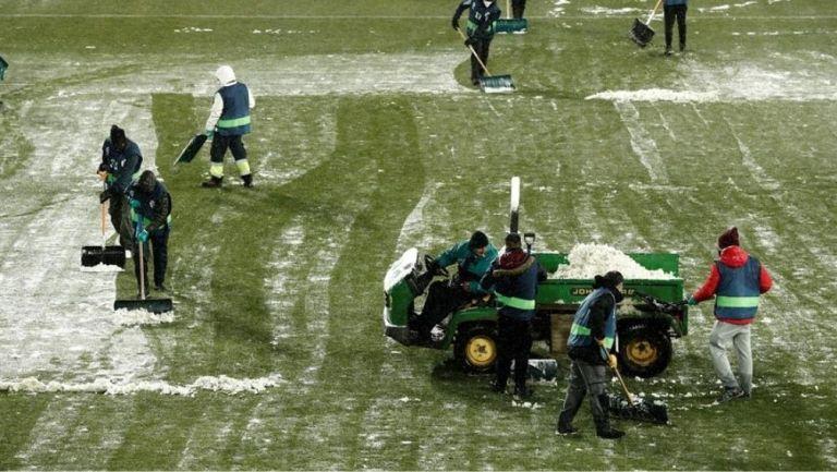 Trabajadores limpian el campo de Osasuna