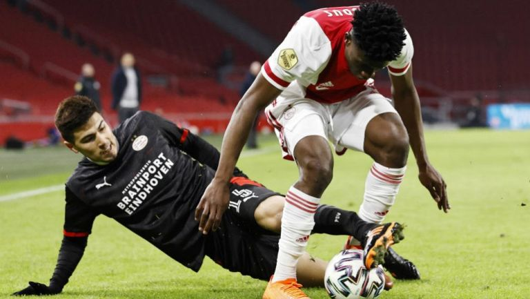Erick Gutiérrez en acción con PSV ante Ajax