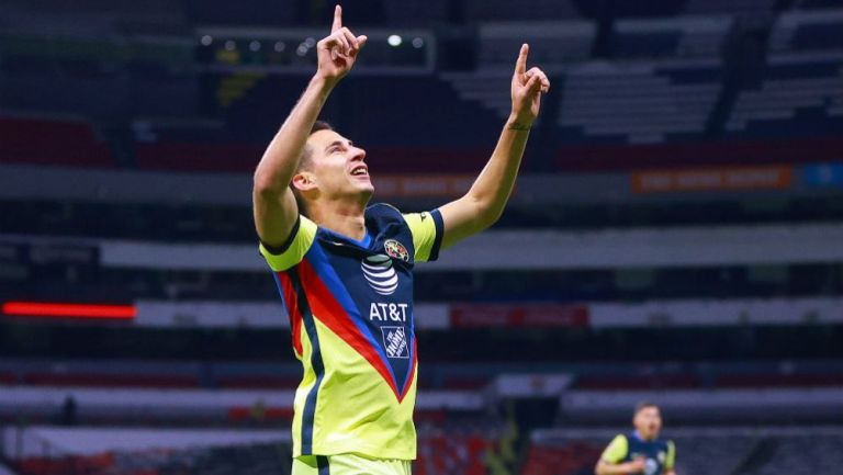 Mauro Lainez en festejo de gol con América