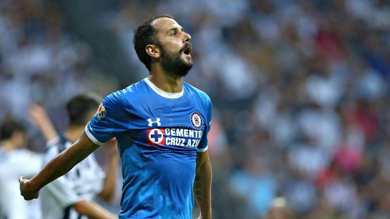 Víctor Vázquez durante un partido con Cruz Azul