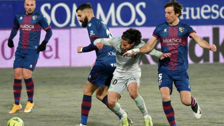 Diego Lainez en acción con el Betis ante Huesca