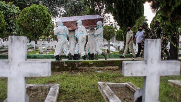 El cuerpo de una víctima de Covid-19 en llevada al pantéon en Sumatra, Indonesia