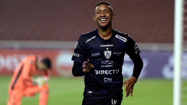 Gabriel Torres en un duelo con Independiente del Valle