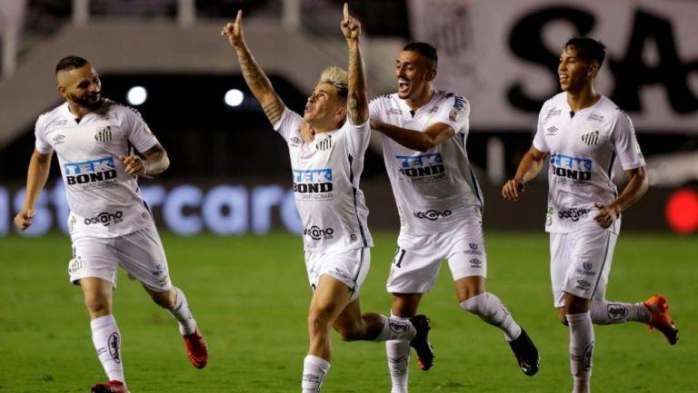 Jugadores de Santos en festejo de gol