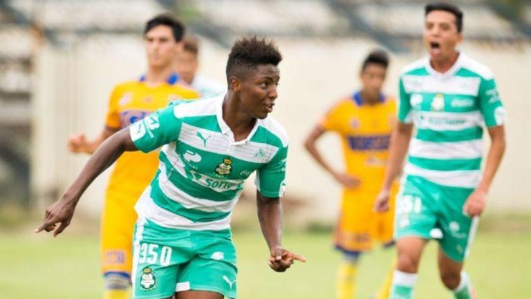 Joao Maleck en acción con Santos Laguna