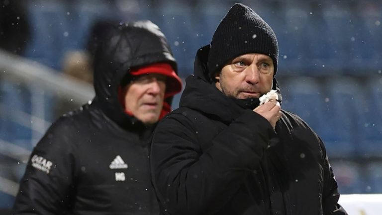 Hansi Flick dirigiendo al Bayern Munich ante el Holstein Kiel