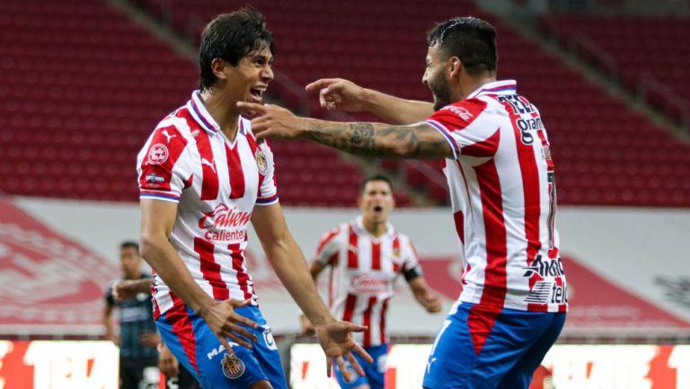 JJ Macías y Vega festejan un gol con Chivas