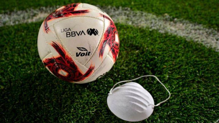 Balón de la Liga MX y un cubrebocas