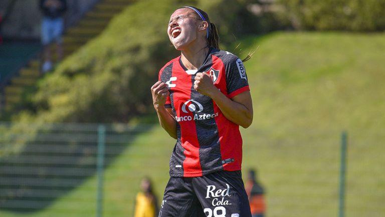 Ana García festeja uno de sus goles con Atlas