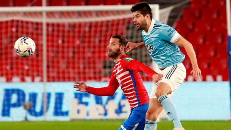 Néstor Araujo disputando un balón ante el Granada