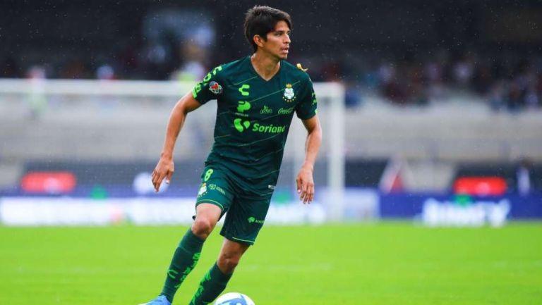 Carlos Orrantia en acción con Santos Laguna