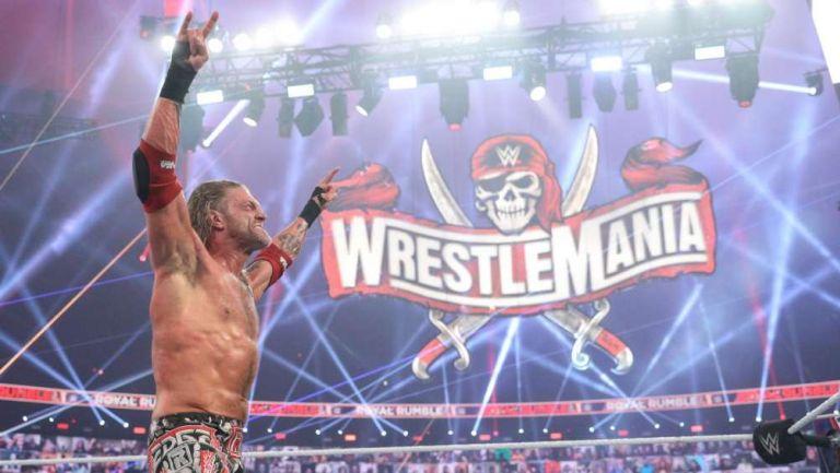 Edge celebrando su victoria en Royal Rumble