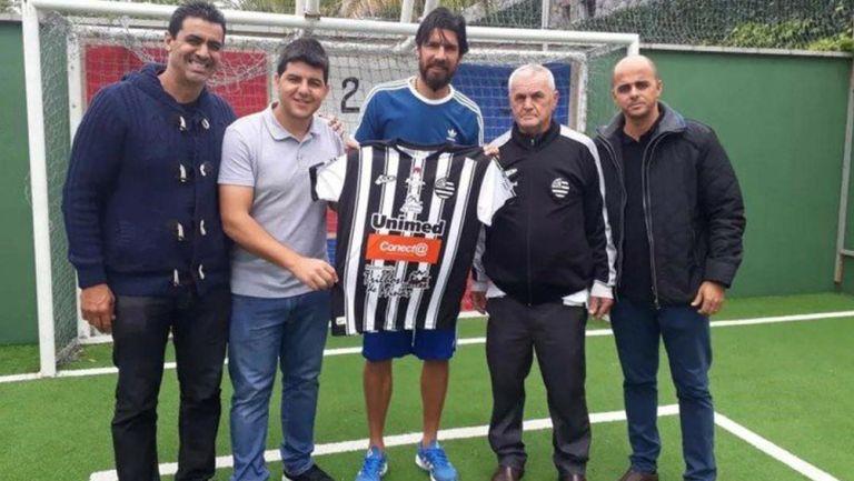 Loco Abreu posa con la camiseta del Athletic Clubde Minas Gerais,