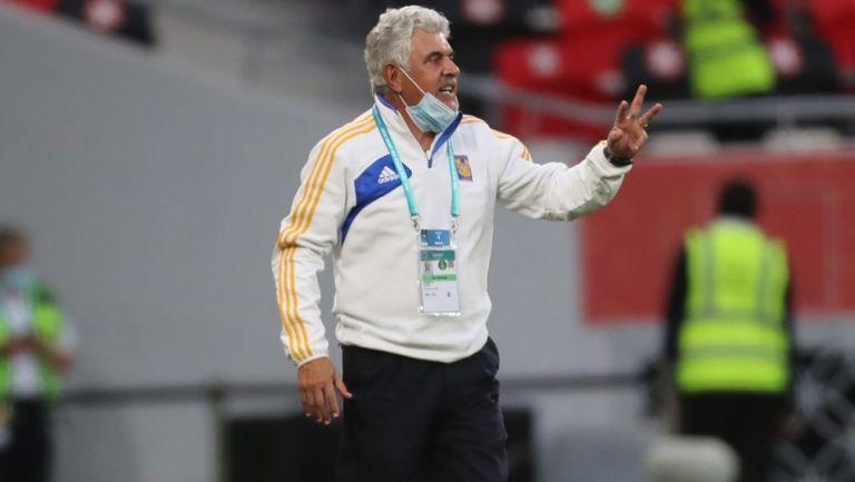 Ricardo Ferretti dirigiendo a los Tigres ante el Ulsan