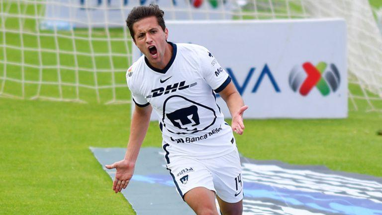Carlos Gutiérrez festeja un gol con Pumas