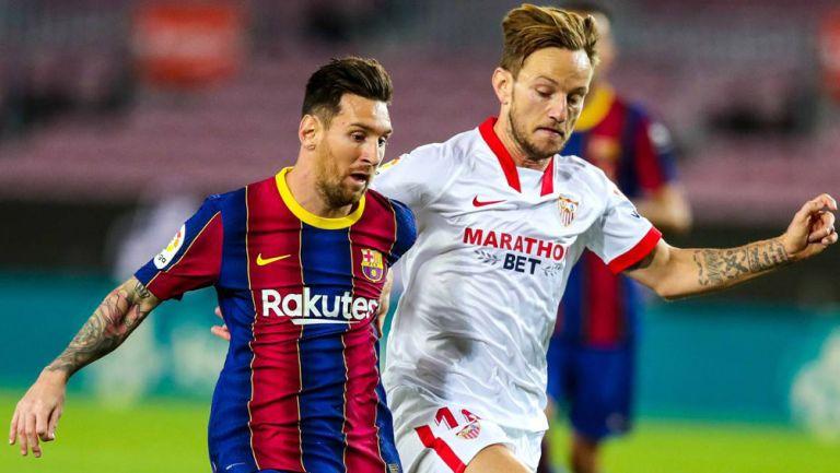 Messi y Rakitic pelea un balón en un compromiso